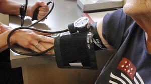 Algo que puedes (y debes) hacer para reducir el riesgo de padecer demencia: controlar tu presión arterial