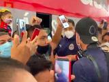 Clásico Nacional: Afición colma el aeropuerto para recibir a Chivas