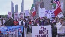 """""""Cumplan sus promesas"""": migrantes protestan en Chicago para exigir a legisladores un camino a la ciudadanía"""