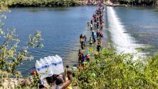"""""""Necesitamos comida"""": Miles de migrantes bajo un puente en Del Río, Texas"""