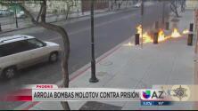 Hombre es acusado de atacar una prisión de Mesa con bombas molotov