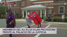 Miembros de KKK se manifiestan a favor de la supremacía blanca en Carolina del Norte