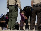 Más de 100 organizaciones reprochan a Biden por seguir expulsando migrantes de forma acelerada con el Título 42