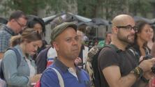 Activistas comunitarios celebran el anuncio del alcalde Rahm Emanuel de no buscar la reelección