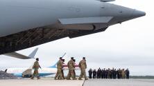 El 'traslado digno': Biden recibió los féretros de los soldados que murieron en el atentado de Kabul