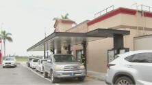 Largas filas de vehículos en un restaurante de Doral afectan a residentes y comerciantes del área