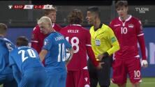 ¡Tarjeta Roja! Martin Marxer recibe la segunda amarilla y se va del juego.