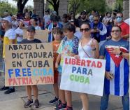 Cientos de personas de la comunidad cubana protestan frente al Capitolio de Texas en solidaridad