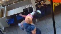Arrestan a un hombre por un crimen de odio a una mujer de 55 que caminaba por Nueva York