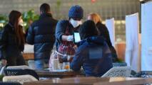 """""""Mucha gente se pone agresiva"""": trabajadores de restaurantes sobre solicitud de certificados de vacunación"""