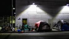 Establecen lista de sitios donde los indigentes en Los Ángeles tendrían que levantar sus campamentos
