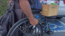 Con la venta de dulces mexicanos se gana la vida, pero su día a día sobre una silla de ruedas no es fácil