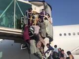 El Talibán controla Afganistán: cierran el aeropuerto de Kabul en medio del caos para evacuar a miles de personas