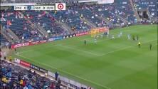 Sporting KC se salva de milagro, el balón estrella en el palo y el defensa evita el gol en la linea