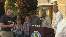 Comunidad en Palmetto Bay se une en emotiva vigilia en memoria de las víctimas en Surfside