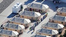 Niños indocumentados no acompañados son reubicados en un campamento en el desierto de Texas