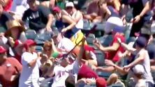 Este aficionado hizo la atrapada del año en el béisbol: con una mano frenó un bate volador