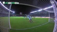 ¡Le quita el gol a Henry! Martín cabecea y Rodolfo Cota ataja