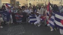 Cubanos denuncian que policías les impidieron entrar con banderas a la plaza de San Pedro en el Vaticano
