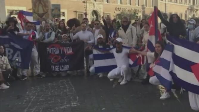 Cubanos denuncian que policías les impidieron entrar con banderas a la plaza de San Pedro en Roma, Italia