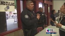 Policías asesoran en español a hispanos