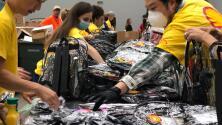 Regalan mochilas y útiles escolares en Houston