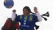 Escalar y jugar para demostrar su fuerza: un partido de fútbol femenino a 5,000 metros de altura
