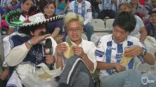¡Con tortilla en mano! Kevin Arnulfo se fue a mexicanizar extranjeros en el estadio