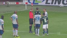 Salvado por el VAR: jugador se va expulsado y estando fuera el árbitro lo deja Volver a entrar
