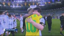 ¡La amistad ante todo! Neymar felicita y abraza a Lionel Messi