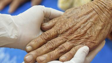 """""""Ella está triste y quiere vernos"""": el drama de familiares de ancianos en centros de cuidado"""