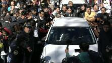 AMLO sale a su toma de posesión arropado por una multitud