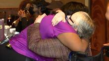 El emotivo encuentro de una mujer con la familia de su donante de corazón
