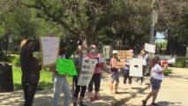 Grupo de madres se manifiesta a favor de las órdenes del uso de mascarillas