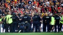 Fanáticos del Lens saltaron a la cancha en el derbi ante Lille