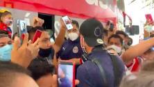 Afición recibe a Chivas en medio de empujones y cánticos
