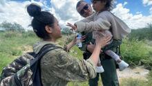 """""""Estaba asustada y empapada de sudor"""": salvan a niña de 4 años que cruzó con su mamá la frontera de Arizona"""