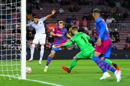 El Barça intenta empatar tras el gol tempranero del Granada
