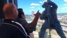 Limpia ventanas en el piso 19 recibe espectáculo privado por El Feo y el Pelón