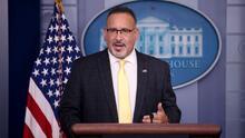 """""""Era vital el regreso a clases"""": secretario de Educación de EEUU en su visita a Illinois"""