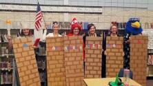 Piden sanciones ejemplarizantes para maestros de una primaria que se disfrazaron del 'muro de Trump'