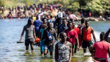 """""""Los niños lloran de hambre"""": continúa el arribo de migrantes a un campamento improvisado en Del Río"""