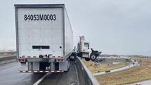 Accidente deja la cabina de un camión semirremolque colgada en el aire
