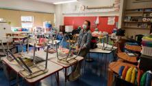 Juez federal bloquea temporalmente la orden de vacunación contra el coronavirus para maestros en Nueva York
