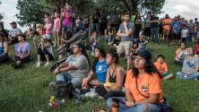 Cientos de residentes se unen en vigilia por las siete víctimas y los 22 heridos del tiroteo en el oeste de Texas