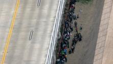 """""""Hay casi 10 mil [migrantes] abajo del puente"""": Frontera de Texas enfrenta crisis humanitaria"""