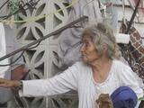 Entre escombros y basura: así vive esta mujer de 76 años en Aguada