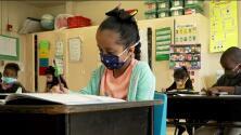 Miles de estudiantes inician clases de manera presencial en Chicago portando mascarillas