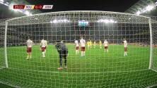 ¡GOL!  anota para Rumanía. Alexandru Mitrita