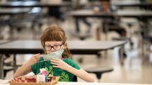 Nueva ley prohíbe a escuelas de Nueva York demandar a padres por no pagar cuotas de comidas